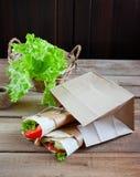 Serowych i świeżych warzyw opakunku kanapka fotografia stock