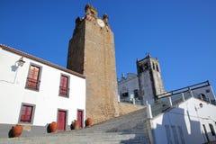 SERPA, PORTUGAL: Santa Maria Church com uma torre de sino no primeiro plano foto de stock royalty free