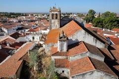 SERPA, PORTUGAL: Vista da cidade velha do castelo com Santa Maria Church no primeiro plano imagem de stock royalty free