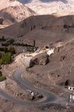 Serpantine himalaya väg nära den Lamayuru kloster, Ladakh, Indien Arkivfoto