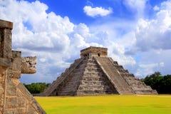 Serpent de Chichen Itza et pyramide maya de Kukulkan Photographie stock