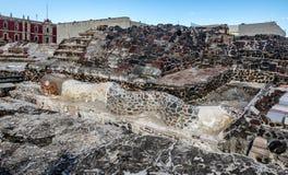 Serpentbeeldhouwwerk in de Azteekse Burgemeester van Tempeltemplo bij ruïnes van Tenochtitlan - Mexico-City, Mexico Stock Foto