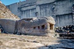 Serpentbeeldhouwwerk in de Azteekse Burgemeester van Tempeltemplo bij ruïnes van Tenochtitlan - Mexico-City, Mexico Stock Foto's