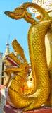 A serpente dourada de Nagar em Popa Taung Kalat Monastery, Myanmar imagem de stock royalty free