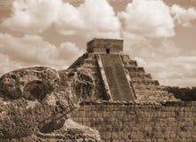 Serpente e pirâmide mexicanas do itza de chen do qui fotografia de stock royalty free