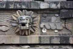 Serpente messo le piume a al tempio di Quetzalcoatl, Teotihuacan fotografie stock libere da diritti