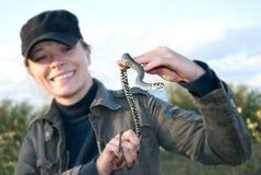 Serpente nas mãos das mulheres Fotografia de Stock Royalty Free