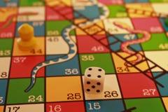 Serpentes e jogo de mesa das escadas foto de stock