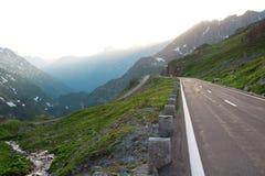 Serpentina in alpi. La Svizzera Fotografia Stock Libera da Diritti