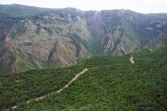 Serpentina da estrada da montanha através de Syunik na rota H45 de Armênia Vista superior, paisagem, vista das montanhas Fotografia de Stock Royalty Free