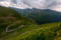 Serpentina de Transfagaras abajo de la colina Imagen de archivo