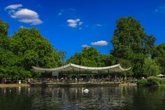 Serpentine cafe in Hyde Park, London, United Kingdom. London, UK - Agust 25, 2017: Lots of people spending the afternoon in the Serpentine cafe in Hyde Park next Royalty Free Stock Photos