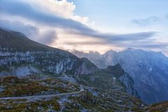 Serpentine de montagne dans Julian Alps Photographie stock