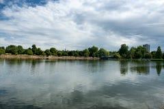 Serpentine Lake på Hyde Park i London Royaltyfria Foton