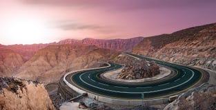 Serpentine Road en montagnes roses sur le coucher du soleil photographie stock libre de droits