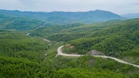 Serpentine Road Among Green Hills van Piek Kaukasische Bergen, Rusland royalty-vrije stock afbeeldingen