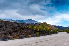 Serpentinenstraßenansicht des Sommer Ätna-Vulkanberges, Sizilien stockbilder