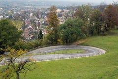 Serpentines nära slottet i Vaduz, Lichtenstein Royaltyfri Fotografi