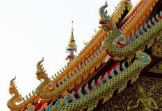 Serpents d'or sur le toit du temple photographie stock libre de droits