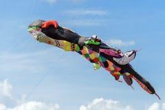 Serpents de vol dans le ciel nuageux Photographie stock libre de droits