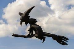 Serpents de vol dans le ciel nuageux Image libre de droits