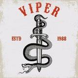 Serpiente en el cuchillo en estilo del tatuaje Diseñe el elemento para la camiseta, cartel, tarjeta, emblema, muestra stock de ilustración