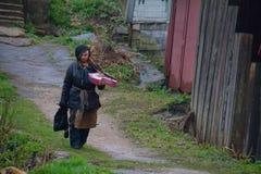SERPUKHOV-/RUSSIANvereinigung - 3. MAI 2015: ein Obdachlosgehen Lizenzfreies Stockbild