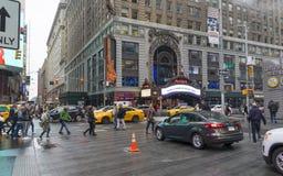 Serré du touriste marchant dans le Times Square avec la LED signe Photographie stock