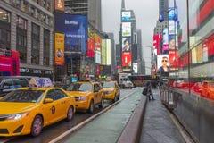 Serré du touriste marchant dans le Times Square avec la LED signe Photo stock