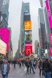 Serré du touriste marchant dans le Times Square avec la LED signe Photos libres de droits