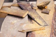 Serra com serragem e partes de madeira Imagens de Stock