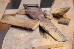 Serra com serragem e partes de madeira Fotos de Stock