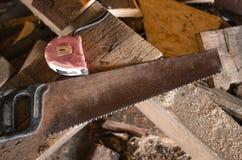 Serra com serragem e partes de madeira Fotografia de Stock Royalty Free