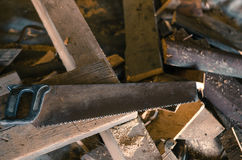 Serra com serragem e partes de madeira Fotos de Stock Royalty Free