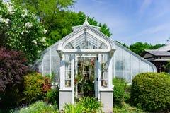 Serra d'annata bianca in giardino immagine stock