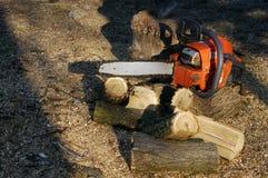 Serra de cadeia para cortar um fundo de madeira Imagens de Stock Royalty Free