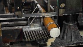 Serra de fita do contorno na oficina A faixa viu o metal do corte de m?quina, refrigerando a emuls?o ? derramada na serra vídeos de arquivo
