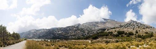 夏天风景全景(Serra de Tramuntana,马略卡海岛, 库存照片
