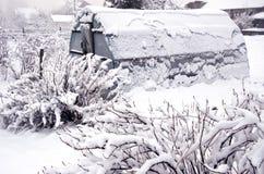 Serra di plastica della serra di Snowy nel giardino di pieno inverno Fotografia Stock