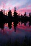 Serra lago e reflexão do por do sol fotografia de stock