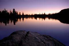 Serra lago e reflexão do por do sol Foto de Stock