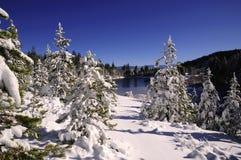 Serra lago no inverno Fotos de Stock