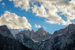 Serra Nevada Mountains que repica em um céu em parte nebuloso fotografia de stock
