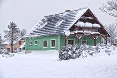 Serra in neve con il balcone di legno Immagine Stock