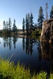 Serra reflexão do lago imagem de stock