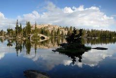 Serra reflexão do lago Nevada imagens de stock