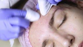 Serrage des traitements d'acné de bouton Jeune femme recevant la thérapie de visage de beauté du bouton de nettoyage clips vidéos