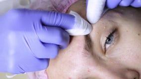 Serrage des traitements d'acné de bouton Jeune femme recevant la thérapie de visage de beauté du bouton de nettoyage banque de vidéos