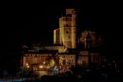 Serralunga城堡的夜视图 免版税库存图片