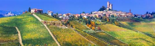 Serralunga d& x27; 晨曲村庄在有浩大的葡萄园的皮耶蒙特 北部 免版税图库摄影